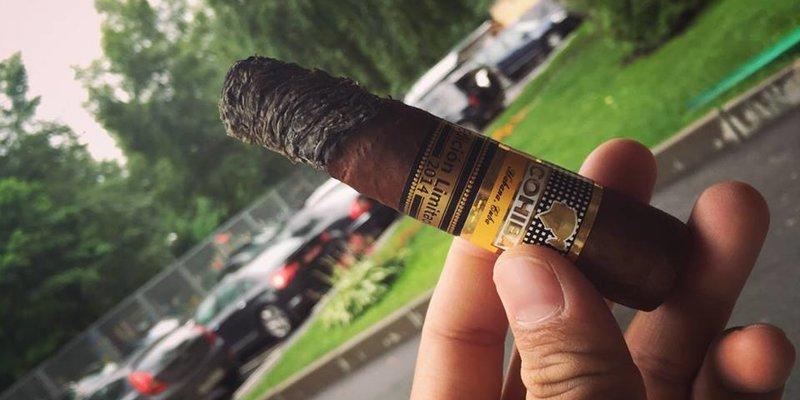 Hướng dẫn cách cầm điếu xì gà (Cigar) cho người mới chơi