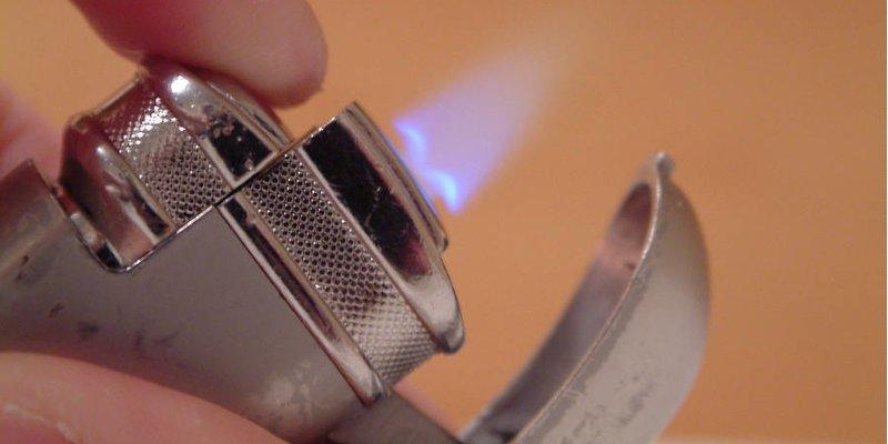 Làm thế nào để đốt một điếu xì gà với một cái bật lửa