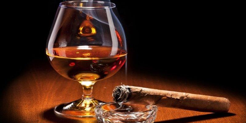 Hút xì gà nên uống gì?